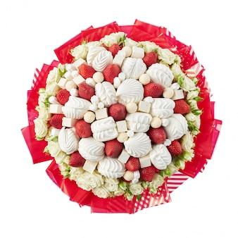 Prachtig boeket gemaakt van witte rozen, marshmallows en rijpe aardbeien. bovenaanzicht, geïsoleerd