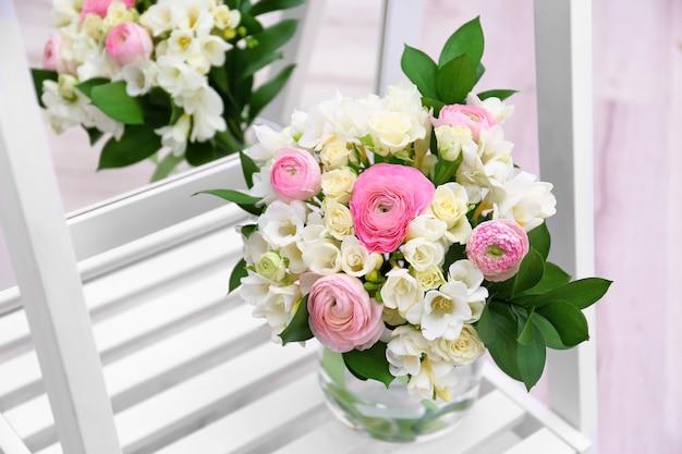 Prachtig boeket met fresia's bloemen bij spiegel
