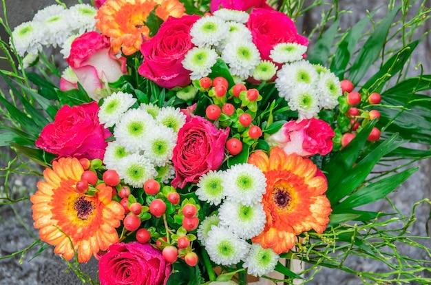 Prachtig boeket met verse roze rozen, gerbera's, madeliefjes, hypericum met dauwdruppels