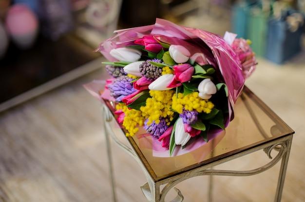 Prachtig boeket van witte, roze, violette en gele bloemen