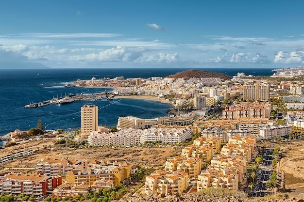 Prachtig bovenaanzicht van het dorp in de oceaan op de canarische eilanden