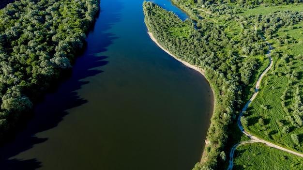 Prachtig bovenaanzicht van het kronkelige zomerlandschap van de rivier de dnjestr van de schilderachtige p...