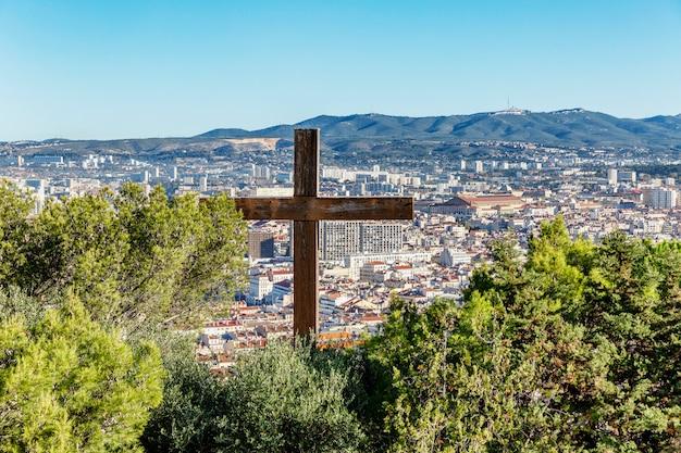 Prachtig bovenaanzicht van marseille. schitterende stadsgezicht op een zonnige dag. kruis op de van de stad.