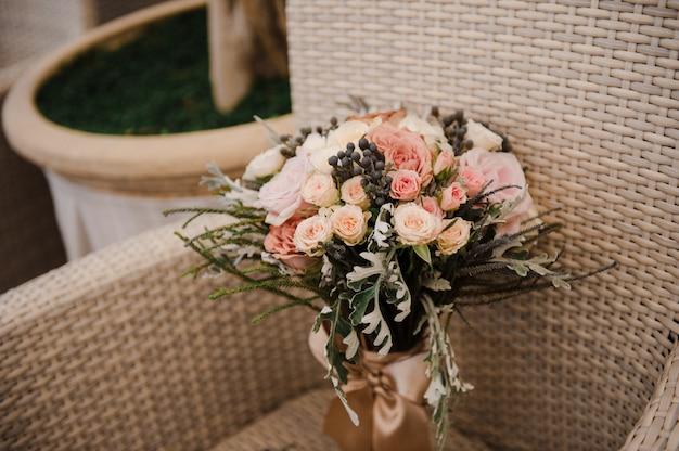 Prachtig bruidsboeket. bruiloft bloemschikken