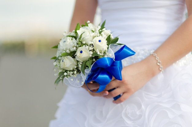 Prachtig bruidsboeket in handen van de bruid