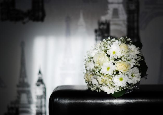 Prachtig bruidsboeket van witte rozen, witte chrysanten en gipskruid. kopieer ruimte