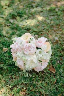 Prachtig bruidsboeket voor de bruid met roze pioenrozen en witte pioenrozen