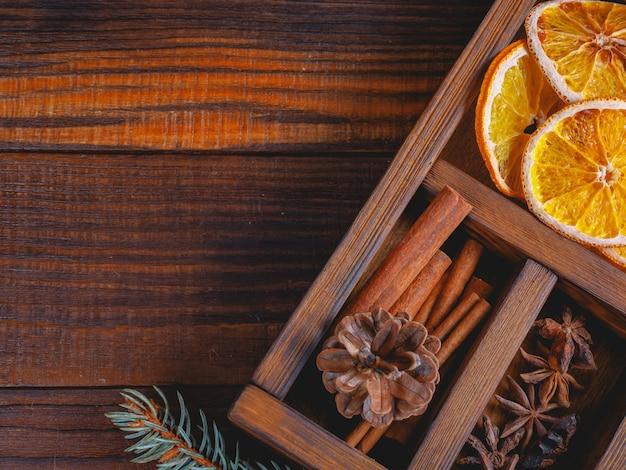 Prachtig close-up van droge sinaasappels, vuren twijgen, kaneelstokjes en steranijs, dennenappels