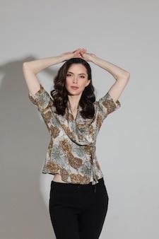 Prachtig donkerblond model in elegante kleding