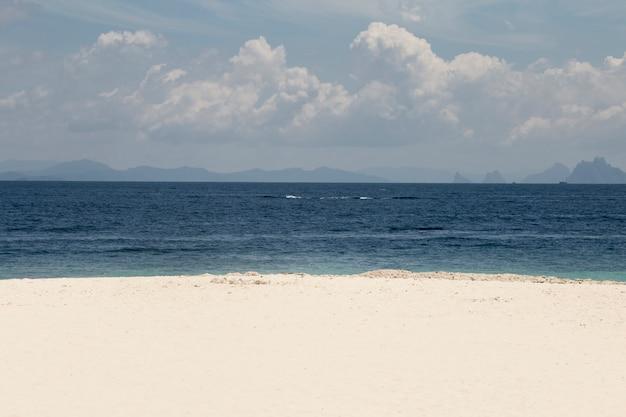 Prachtig eiland en blauw paradijs, khai island, thailand.tour business concept.