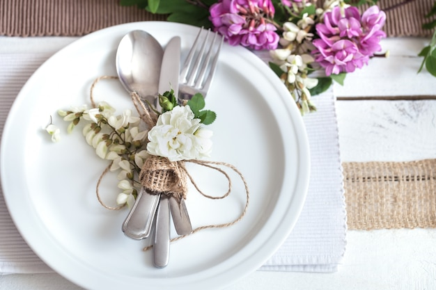 Prachtig elegant gedecoreerde tafel voor vakantie