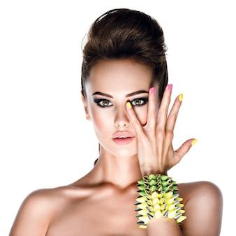 Prachtig fotomodel met armband met studs
