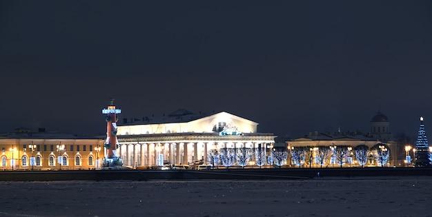 Prachtig gebouw aan de oevers van de neva in st. petersburg