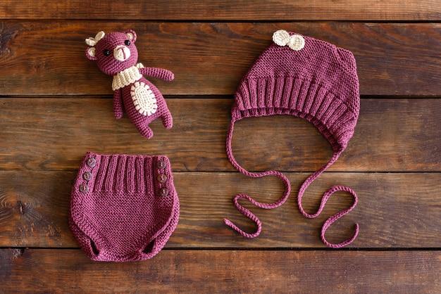 Prachtig gebreid zacht speelgoed, mutsen en korte broeken voor baby's. speelgoed gemaakt met hun eigen handen