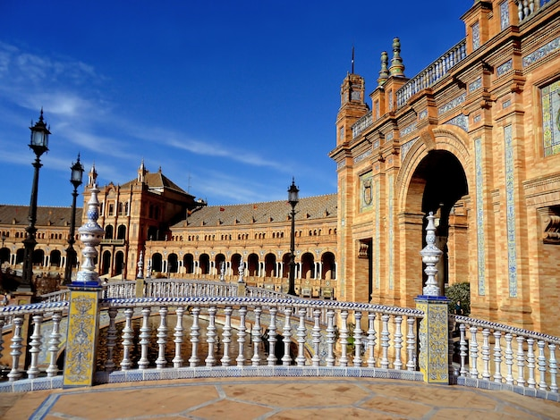 Prachtig gedecoreerde bruggen en gebouwen van het plaza de españa in sevilla, spanje