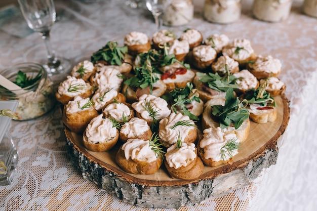 Prachtig gedecoreerde catering-bankettafel met verschillende snacks en hapjes op zakelijke kerstverjaardagsfeestje of huwelijksfeest