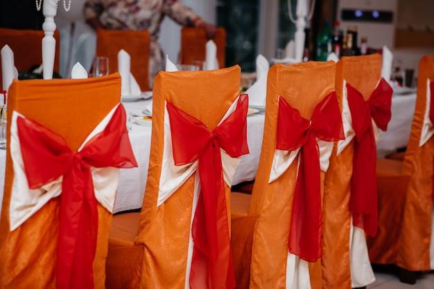 Prachtig gedecoreerde en gearrangeerde stoelen voor een feestelijk banket. decor, bruiloft.