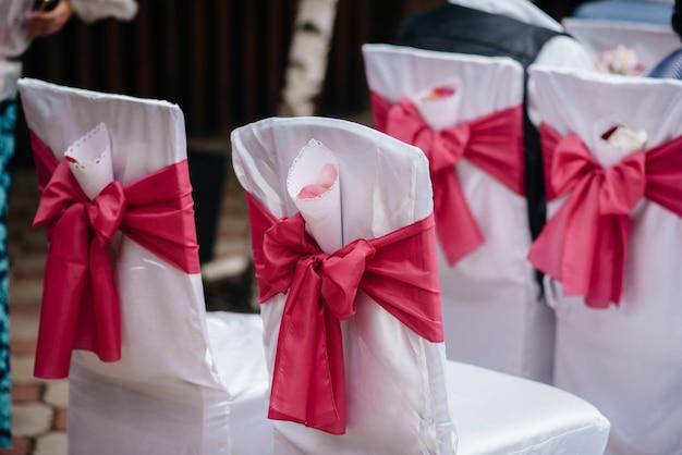 Prachtig gedecoreerde en gearrangeerde stoelen voor een feestelijk banket. decor, huwelijk.