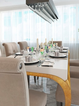 Prachtig gedecoreerde tafel en stoelen voor acht personen. witte tafel met gouden poten en rechthoekige kroonluchter in zwart. 3d render.