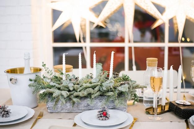 Prachtig gedekte tafel met decoraties, kaarsen en lantaarns