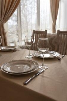 Prachtig gedekte tafels met glazen en borden in het restaurant