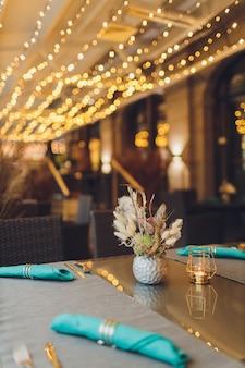 Prachtig gediende tafel in een restaurant