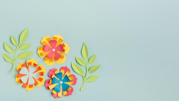 Prachtig gekleurd papier lentebloemen met kopie ruimte en bladeren