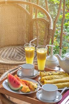 Prachtig geserveerd ontbijt op terras of balkon