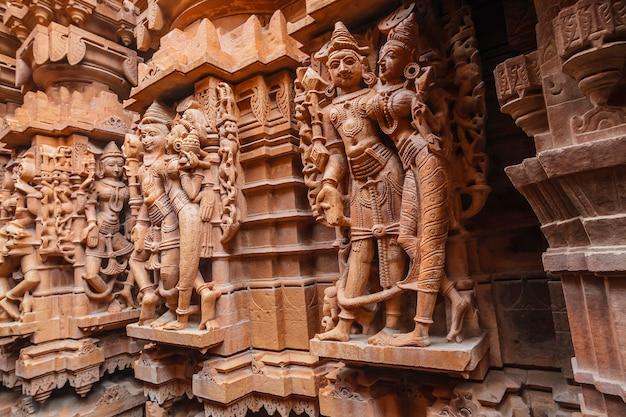 Prachtig gesneden idolen, jain-tempel, gelegen in het fortcomplex, jaisalmer, rajasthan, india.
