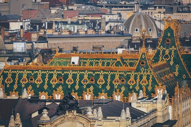 Prachtig groen en oranje dak van het oude gebouw in het historische centrum van wenen