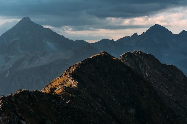 Prachtig herfstlandschap. prachtig berglandschap. herfst bergen. ongelooflijk mooi berglandschap. bergtoppen in de zon. panoramisch uitzicht op de herfstbergen. ruimte kopiëren