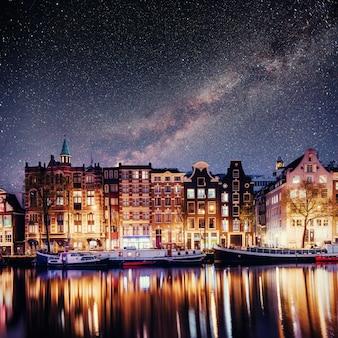 Prachtig in amsterdam. nachtverlichting