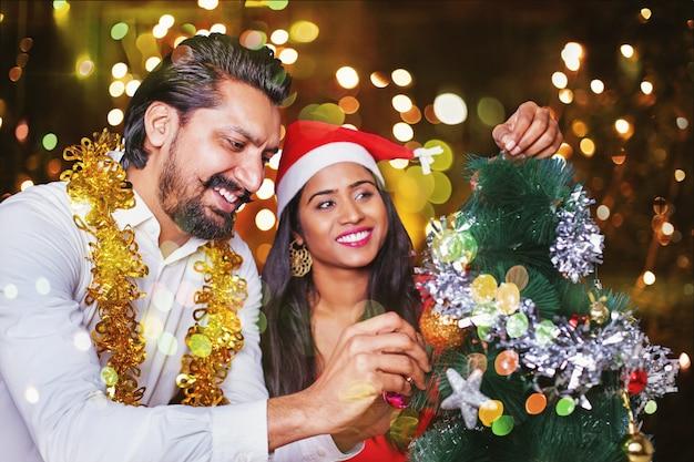 Prachtig indiaas stel kerstboom versieren