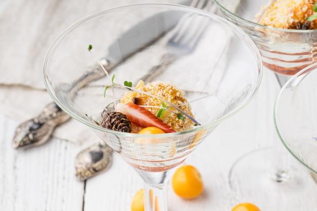 Prachtig ingerichte catering banket tafel met hapjes en hapjes op zakelijke verjaardagsfeestje of huwelijksfeest