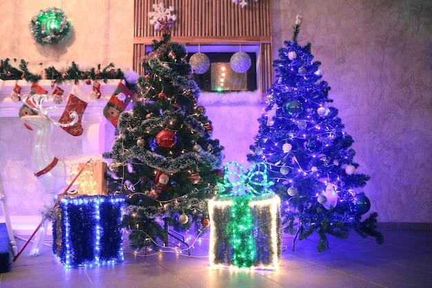 Prachtig ingerichte gezellige woonkamer op kerstavond. vakantie concept