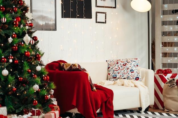 Prachtig ingerichte kerstkamer met dennenboom en witte bank