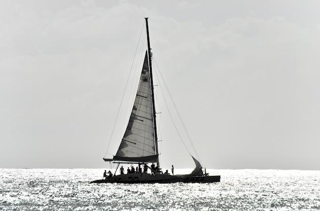 Prachtig jacht in de open zee op een zonnige dag.