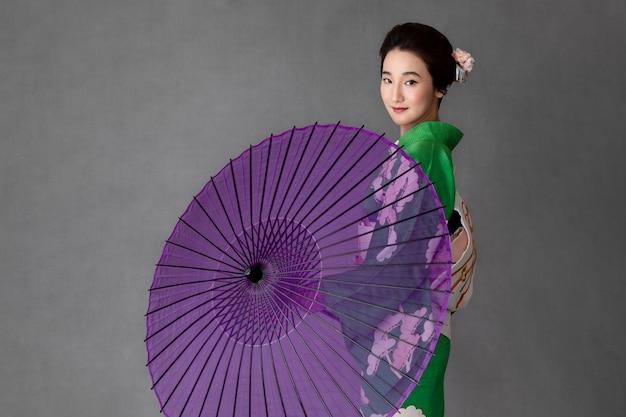 Prachtig japans model met een paarse paraplu