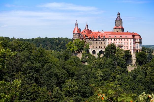 Prachtig kasteel zamek ksiaz op een heuvel in de buurt van de stad walbrzych in polen