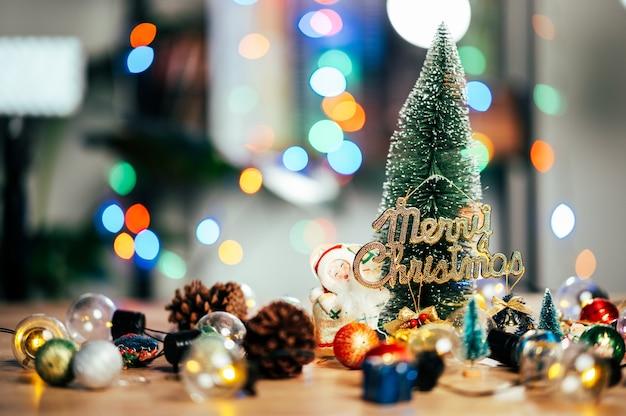 Prachtig kerst versierde bokeh achtergrond interieur met een kerstboom en kerstcadeautjes