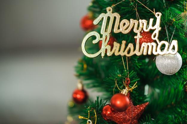 Prachtig kerst versierde bokeh achtergrond interieur met een kerstboom