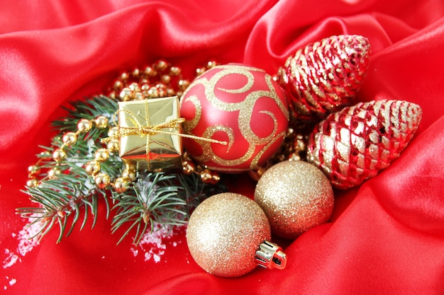 Prachtig kerstdecor op rood satijnen doek