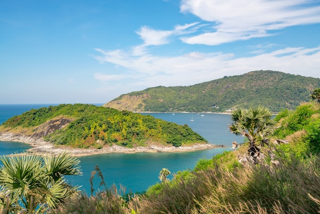 Prachtig klein eiland in de tropische zee in de buurt van laem promthep cape in phuket thailand, verbazingwekkende archipel rond phuket island.