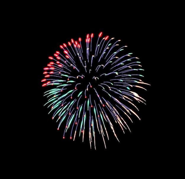 Prachtig kleurrijk vuurwerk dat explodeert in de nachtelijke hemel