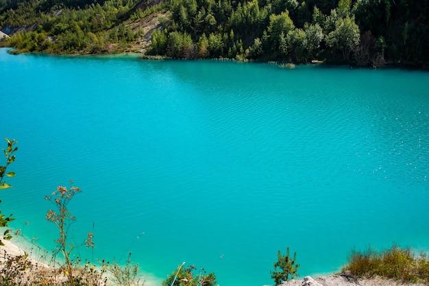 Prachtig landschap een bergmeer met ongewoon helder turkoois water