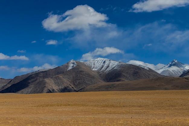 Prachtig landschap en weg in noordelijk deel van india ladakh india