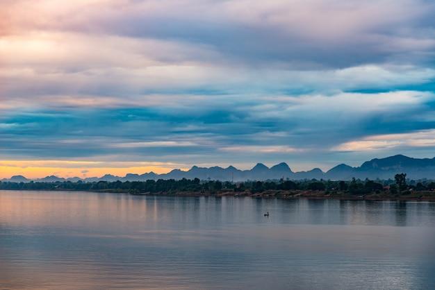 Prachtig landschap in laos pdr aan de overkant mekong rivieroever, gezien vanuit nakhon phanom.