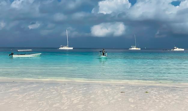 Prachtig landschap met azuurblauw oceaanwater tegen de blauwe lucht. vakantie en reizen concept.