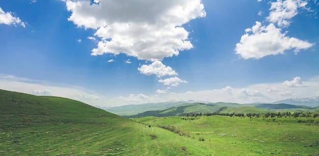 Prachtig landschap met groene bergen en prachtige bewolkte hemel die armenië verkennen