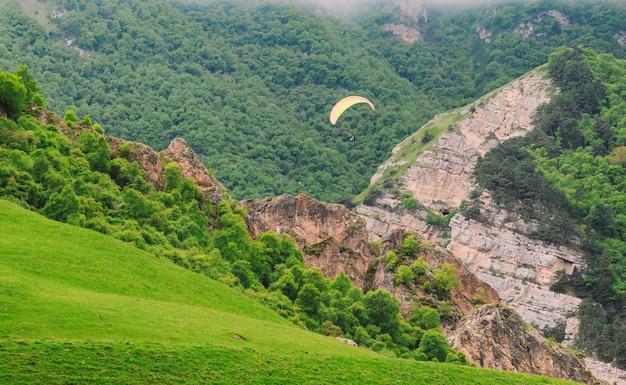 Prachtig landschap met paragliders.